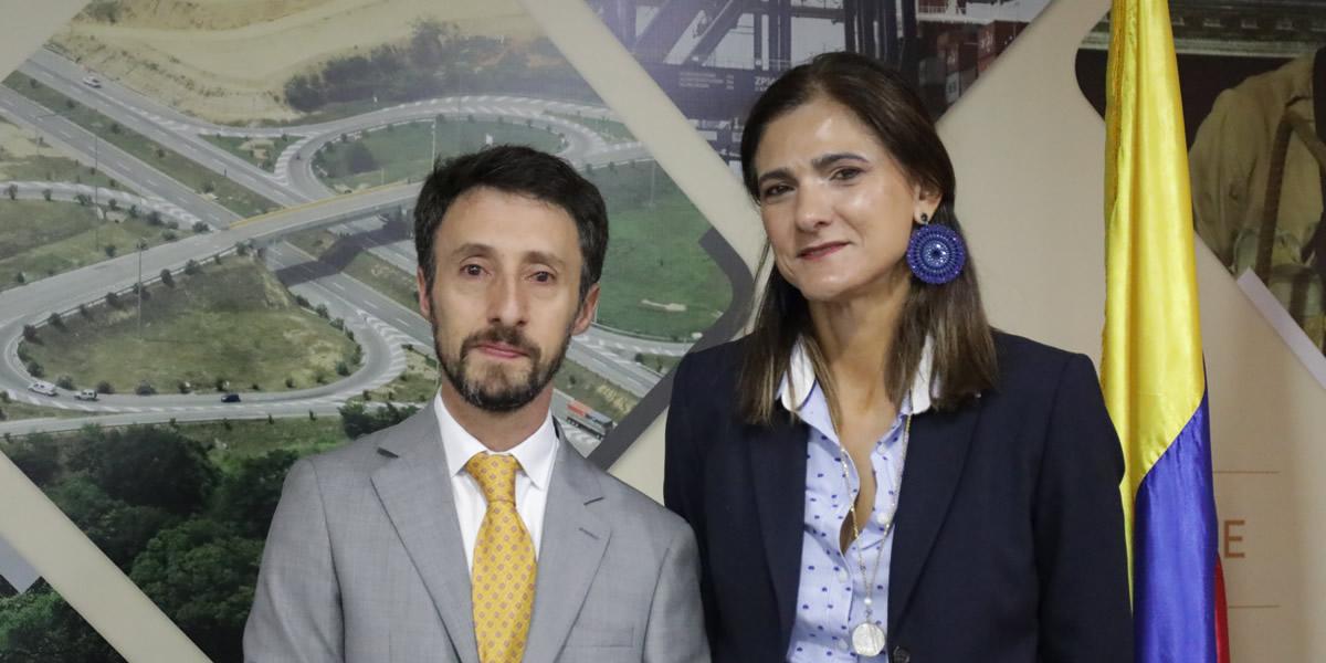2Ministra de Transporte posesiona nuevo director de la Agencia Nacional de Seguridad Vial